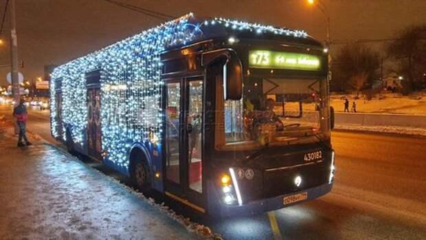 Пассажиры могут прокатиться из Лианозова на ВДНХ в новогоднем электробусе