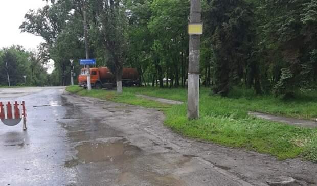 В Новочеркасске после ночного дождя сотрудники ЖКХ откачивают затопленную улицу