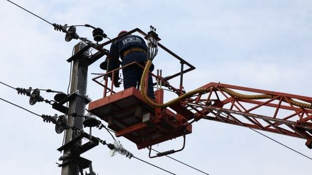 Аварийные службы восстановили оборванные линии электропередач в Набережных Челнах
