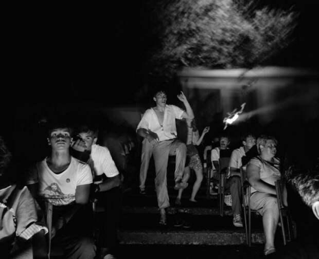 Просмотр вечернего фильма под открытым небом.