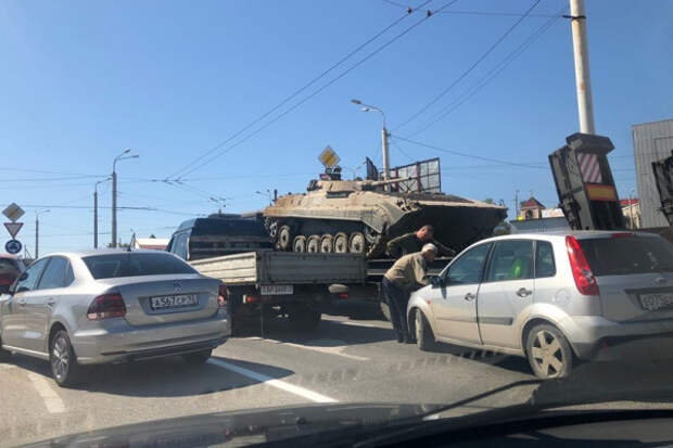 В Севастополе легковой автомобиль столкнулся с гружёным танковым транспортёром
