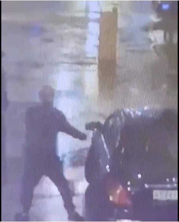 Неизвестные ночью «избили» припаркованный автомобиль в Марфине