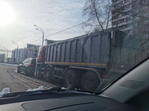 На Шереметьевской столкнулись грузовик и внедорожник