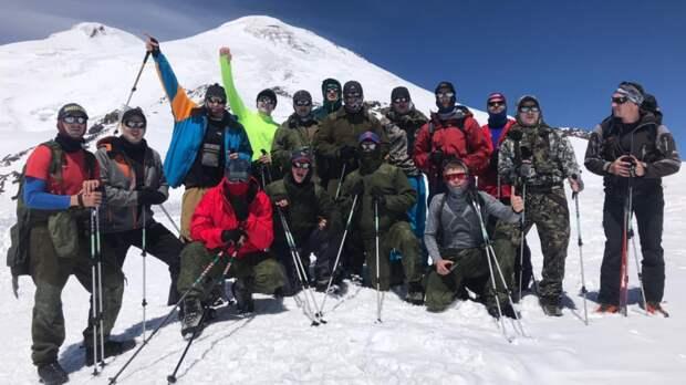 На вершине Эльбруса установили флаги в память о защитниках Северного Кавказа в годы Великой Отечественной войны