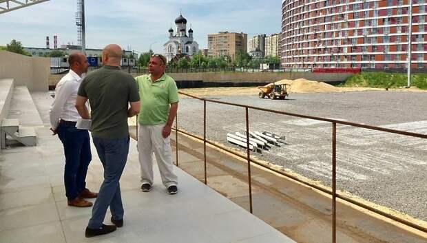 Депутат Госдумы проверил ход строительства стадиона в Мытищах
