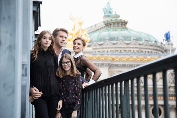 Претендентка на корону Виттория Кристина с сестрой Луизой и родителями