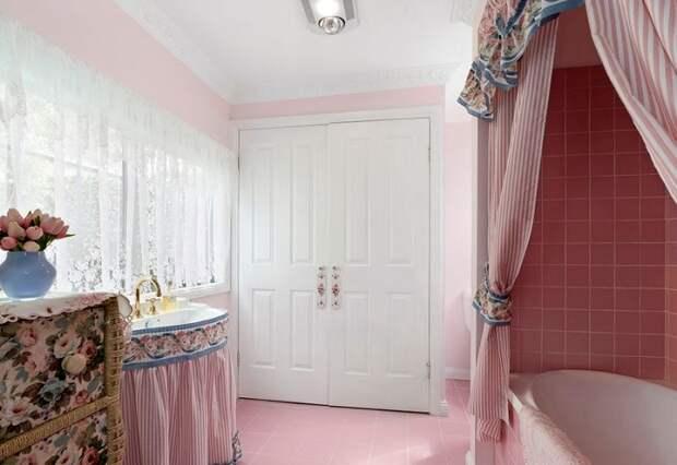 В доме имеются две ванные комнаты и тоже оформлены в розовых тонах. | Фото: golbis.com.