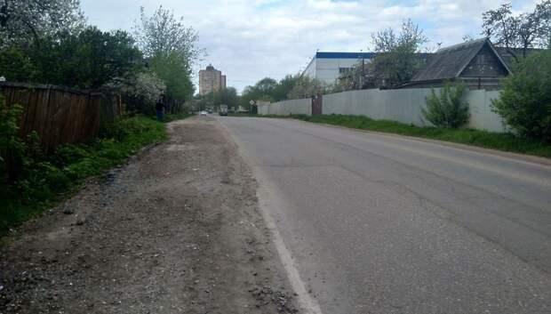 Дорожники Подольска очистили обочину дороги от разлитого бетонного раствора
