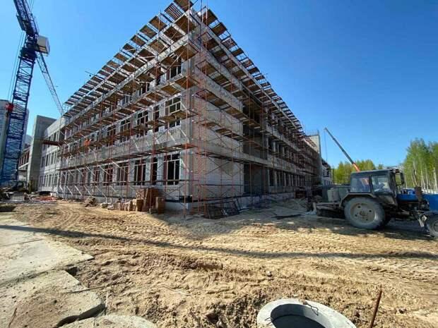 Специалисты начали монтаж фасадных конструкций корпусов Школы 800
