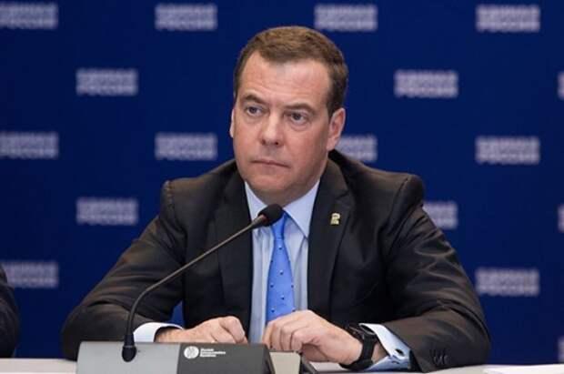 Медведев прокомментировал возможность обязательной вакцинации от COVID