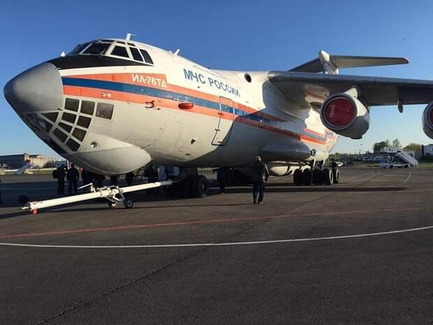 Спецборт МЧС эвакуирует в Москву пострадавших при стрельбе в школе в Казани