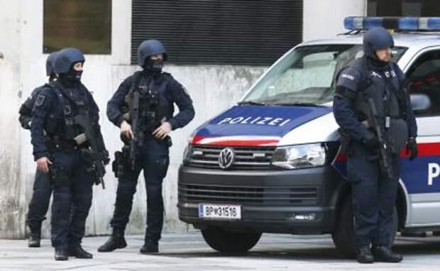 На фото: полицейская операция по поиску злоумышленников, устроивших стрельбу в центре Вены