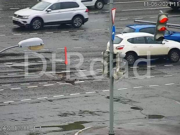 Асфальт провалился на проезжей части на юго-западе Москвы