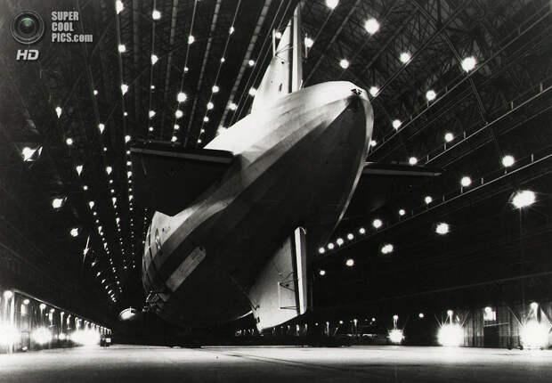 США. Маунтин-Вью, Калифорния. Военный дирижабль «Мейкон» в эллинге. (AP Photo/U.S. Navy)