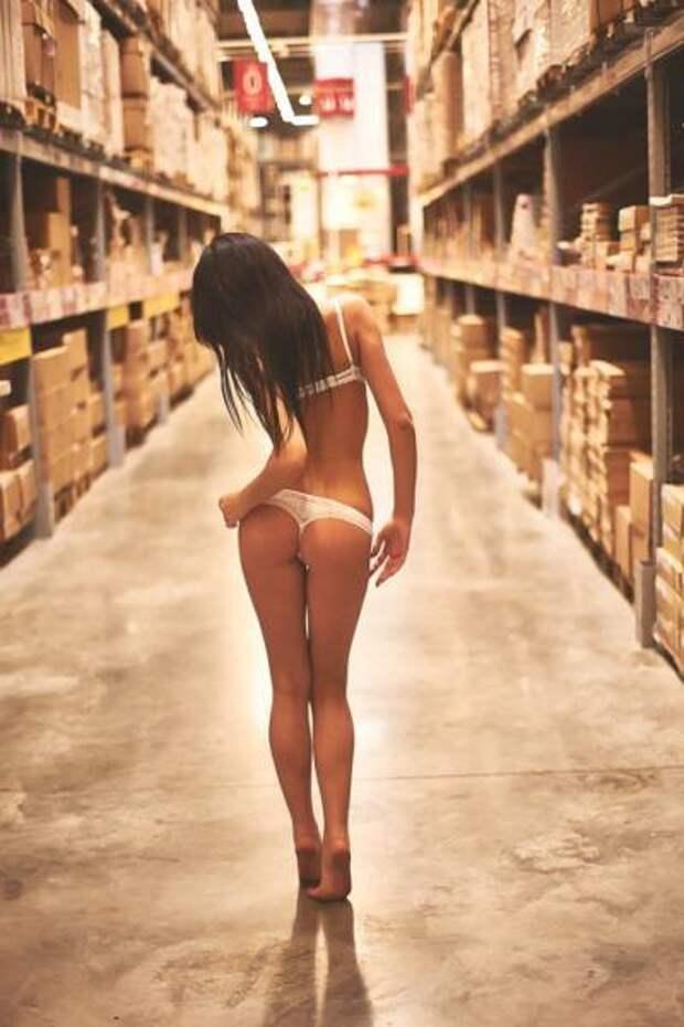 Красивые и сексуальные девушки в магазинах