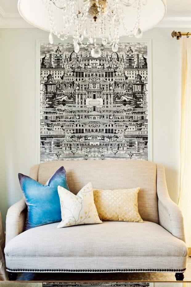 Очень детально прорисованная, притягивающая взгляды, графическая композиция в светлой гостиной