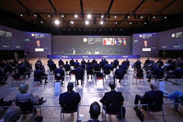Обо всем, кроме экономики: эксперты потешаются над Петербургским форумом