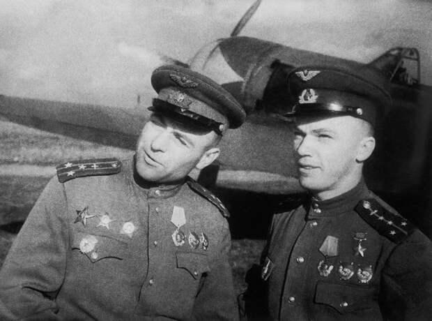 Павел Чупиков и Иван Кожедуб перед боевым вылетом, 1944 год ТАСС