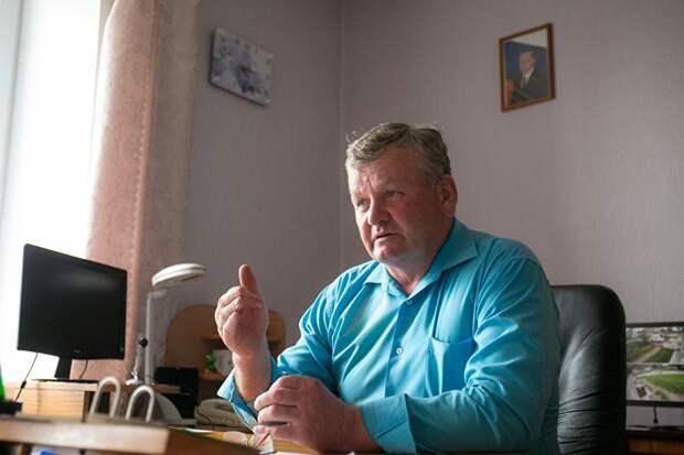 """Глава села Путино Леонид Обухов знает, что в народе считают: """"Единая Россия"""" зажралась. Но все-таки жизнь понемногу улучшается, считает он"""