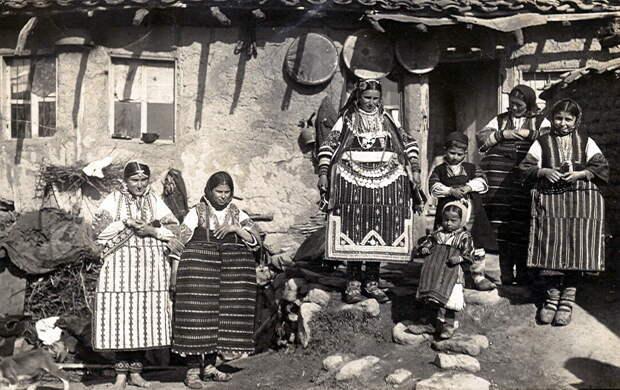 Женщины и дети в традиционных костюмах Македонии