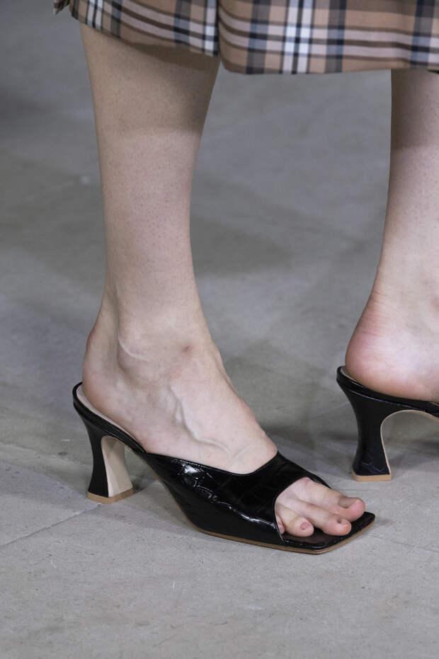 Обувь сезона весна-лето 2020: вьетнамки, вязаные сапоги и «мамины мюли» (фото 22)
