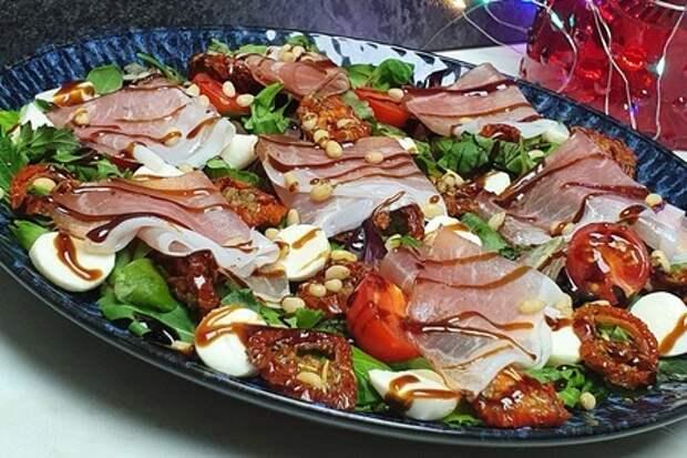 Фото к рецепту: Лёгкий салат с томатами и моцареллой