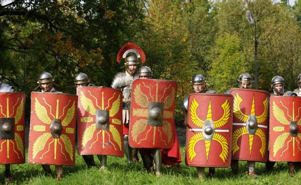 Опасные германцы Непроходимые леса и горы Германии казались римлянам совершенно неприспособленными для жизни. Местный люд славился сильными воинами, готовыми идти на все ради победы. Для Римской империи столкновение с германскими племенами было весьма неприятным: дикий люд устраивал частые набеги на территорию римлян и разорял города. Приходилось выстраивать целые зоны отчуждения для защиты, лимесы.