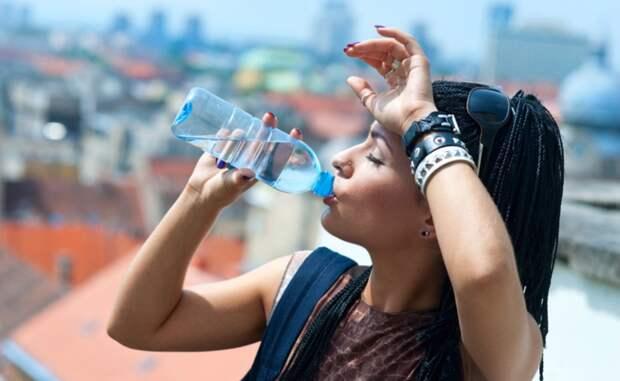 Врач рассказал о неправильном утолении жажды в жару