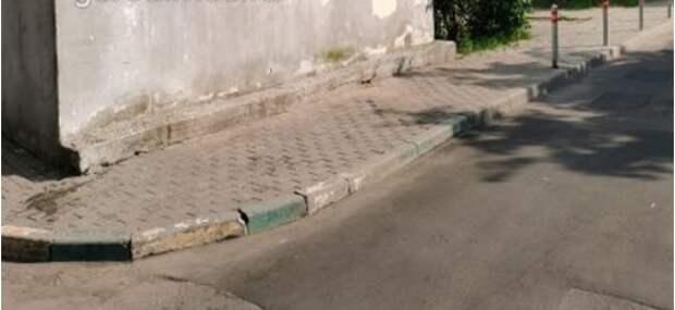 Мусорные контейнеры убрали с тротуара возле дома по Наличной улице