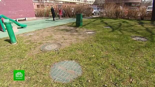 В Петербурге теплоэнергетики заставляют убирать детские площадки от закопанных труб с кипятком