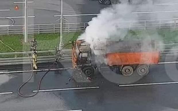 Объятый огнем грузовик заблокировал движение на проспекте Маршала Жукова