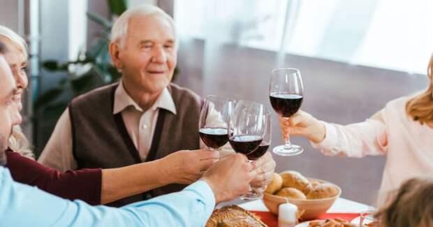 Ученые шокировали новым открытием: выпивка для пожилых людей полезнее спорта