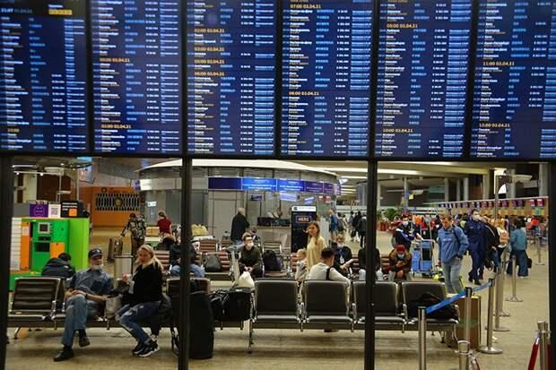 Почти 50 рейсов задержали и отменили в московских аэропортах