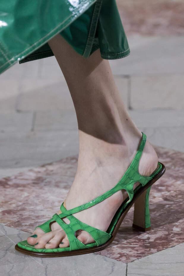 Обувь сезона весна-лето 2020: вьетнамки, вязаные сапоги и «мамины мюли» (фото 10)