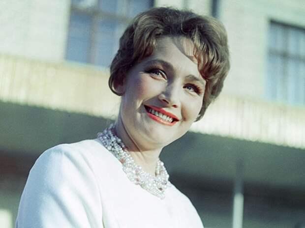 Как выглядела в юности несравненная Людмила Хитяева, и как расцветала ее пышная красота, изображение №16