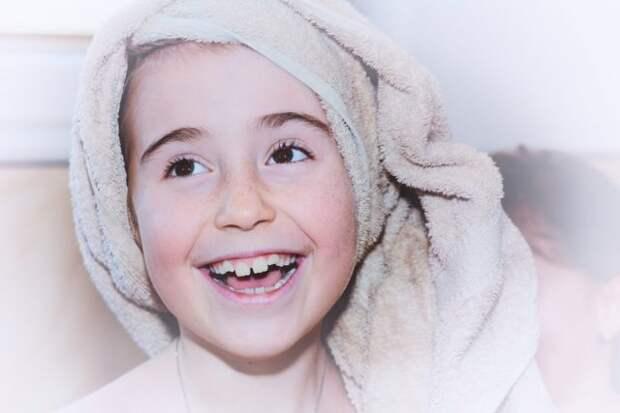 девочка улыбается с полотенцем на голове