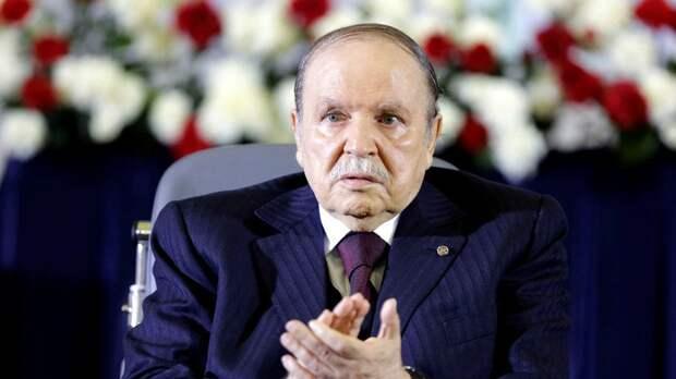 Президент Алжира объявил об отставке после народных протестов