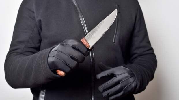 Вооруженный ножом дебошир напугал прохожих в Екатеринбурге