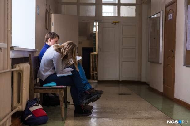 «Один — дед, второй — всегда пьян». Мы спросили родителей, как охраняются школы Новосибирска. Вот их ответы