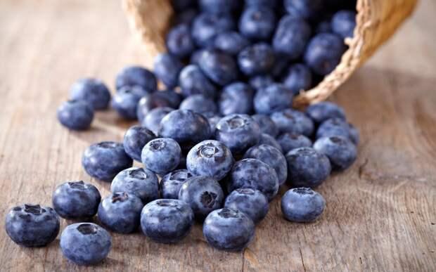 Черника  Псс, парень, хочешь немного здоровой и вкусной закуски? Возьми пригоршню ягод, которые одарят тебя энергией и полезными антиоксидантами. Чернику стоит есть по многим причинам, среди которых есть снижение кровяного давления и улучшение памяти.