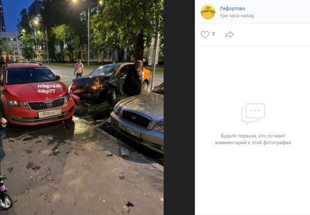 В аварии на улице Лапина сильные повреждения получил автомобиль каршеринга