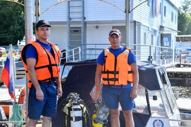 Спасатели вытащили из воды в Южнопортовом тонущего пловца