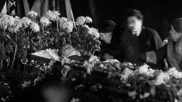 Похороны Кирова. Вдова покойного Мария Маркус у гроба. Фото: © wikipedia.org
