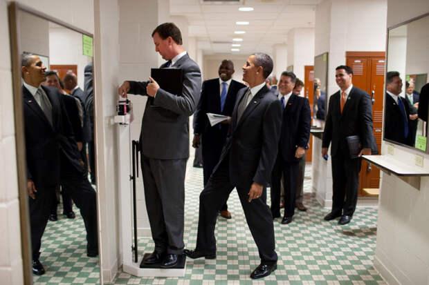 Обама разыгрывает своего коллегу во время поездки в Университет Техаса.