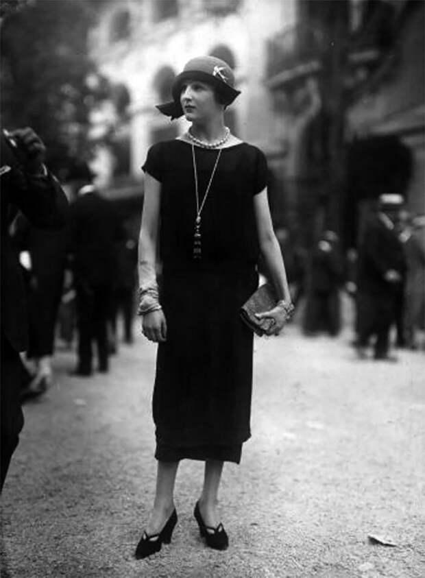 Черное платье с заниженной талией и длиной чуть ниже колена Стиль, винтаж, двадцатые, женщина, мода, прошлое, улица, фотография