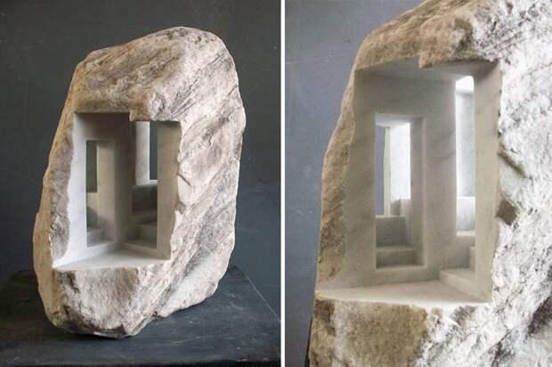 Мужчина вырезает из мрамора сооружения, напоминающие античную архитектуру