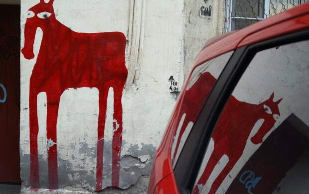 Жители Васильевского острова просят не закрашивать стрит-арт с грустной лошадью