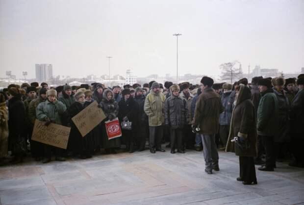 """«Мерили штаны на """"Таганском ряду"""", стоя на картонке»: екатеринбуржцы — о том, как выживали в 90-е"""