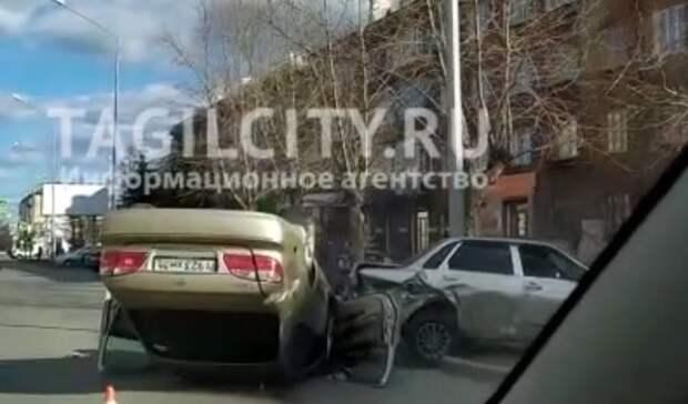 Иномарка перевернулась накрышу после столкновения с«ВАЗом» вНижнем Тагиле