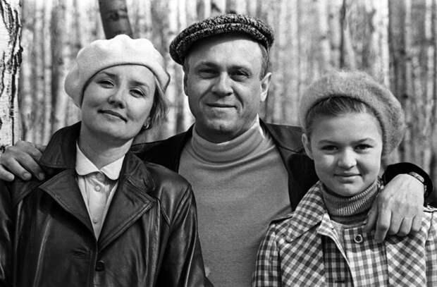 Вера Алентова с мужем, режиссером Владимиром Меньшовым, и дочерью Юлей | Фото: newrezume.org